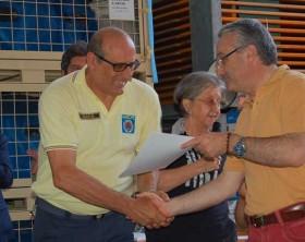 il passaggio simbolico del passaggio delle consegne fra Roberto Natali di Macerata e Olivi Saverio di Fano
