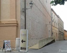 La pedana ricollocata a fianco della chiesa di Sant'Arcangelo, in corso Matteotti a Fano