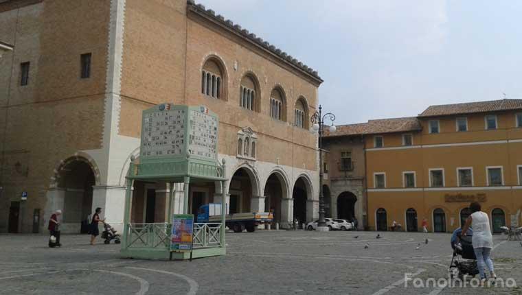 Il tradizionale tabellone della Tombola di San Paterniano in piazza XX Settembre