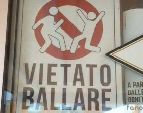 """il cartello """"Vietato ballare"""" apposto da un locale di Fano"""