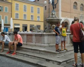 Turisti davanti alla fontana della Fortuna di piazza XX Settembre a Fano
