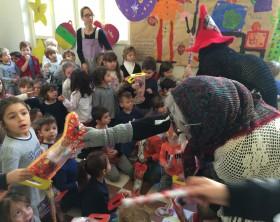 La befana consegna i dolci ai bambini