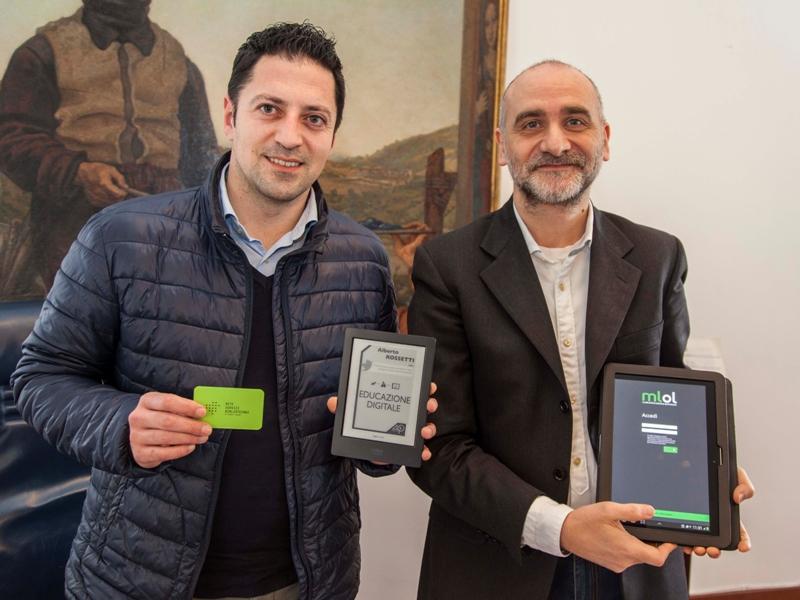 Presidente Provincia Tagliolini e Bianchini mostrano Media Library e Tessera Plus