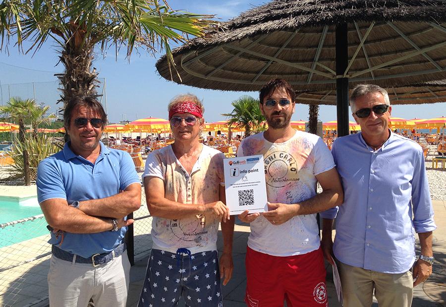 Nelle foto: i titolari di Computers Sitemi (Daniele Pascucci e Fabio Ciavaglia)  insieme ai responsabili dello stabilimento Bagni Carlo