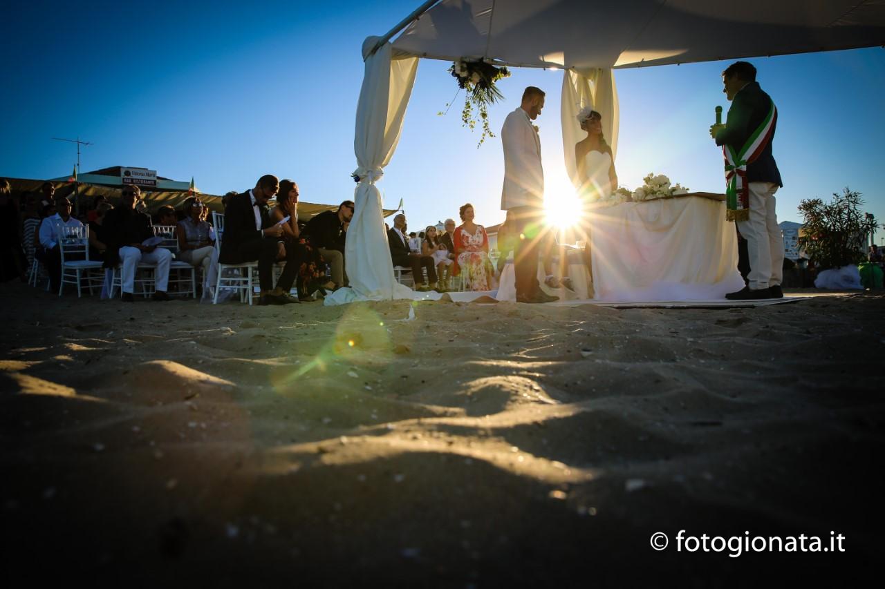 Matrimonio Spiaggia Pesaro : Il sindaco celebra le prime nozze in spiaggia a fano