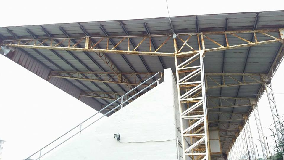 la-fatiscente-tribuna-dello-stadio-mancini