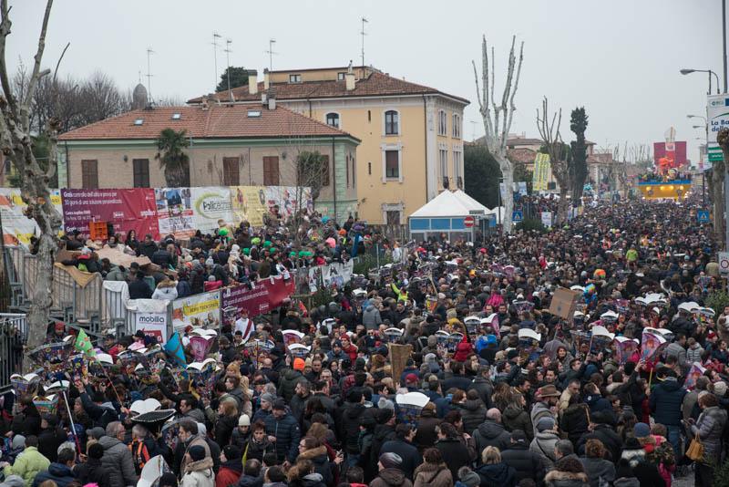 La folla di viale Gramsci - Ph Massimo Maggioli