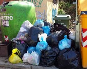 rifiuti abbandonati in isola ecologica