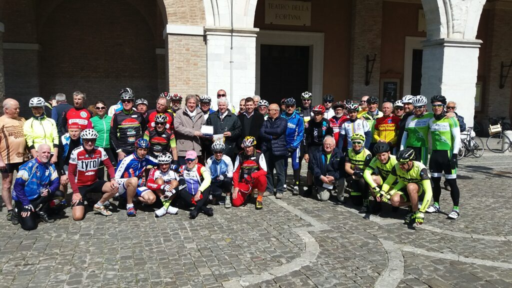 foto di gruppo pro loco cicloturistmo